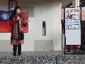 鳳綢老師說明221母語日的由來及母語燈謎猜一猜活動